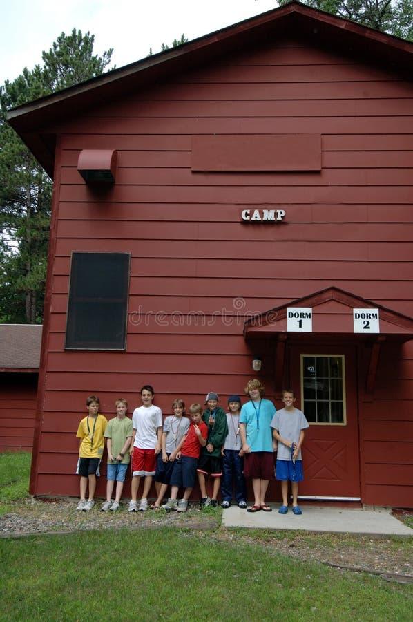 De jongens bij de zomer kamperen stock foto's