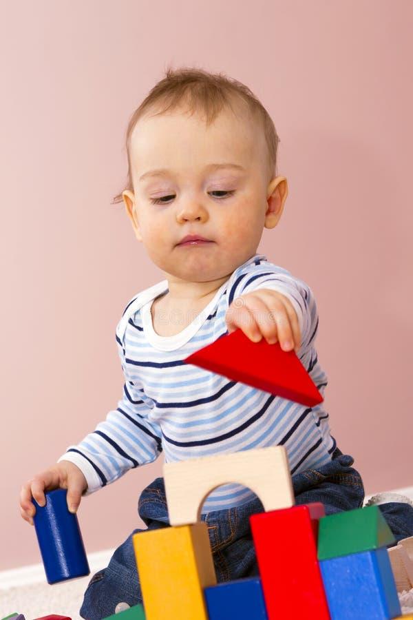 De jongens die van de baby creatief spel bouwen dobbelen. royalty-vrije stock afbeelding