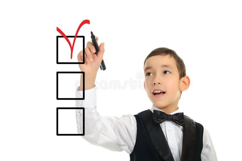 De jongens wrighting checkboxes van de school met pen royalty-vrije stock foto