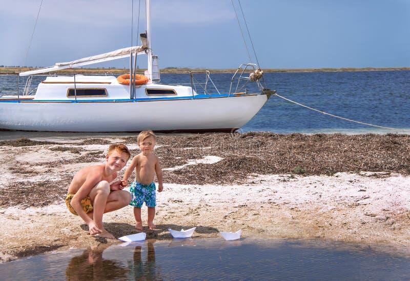 De jongens zijn bij het strand. royalty-vrije stock afbeelding