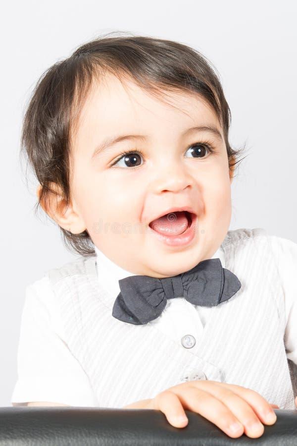 De jongensjong geitje van het portret jonge kind met witte overhemd en vlinderdas royalty-vrije stock fotografie