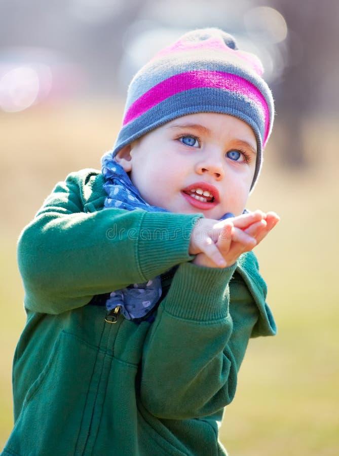 De jongensportret van de baby openlucht in de lente stock afbeelding