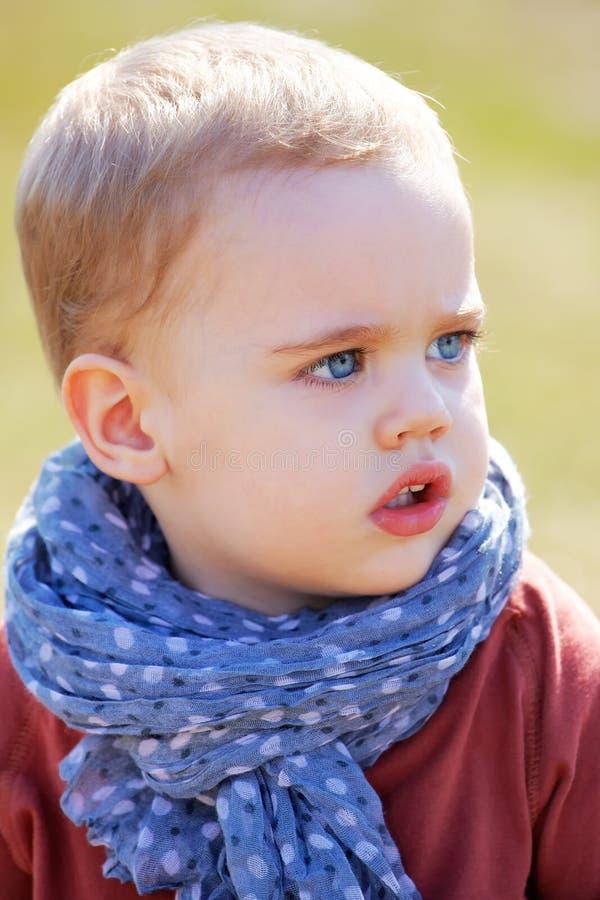 De jongensportret van de baby openlucht in de lente royalty-vrije stock foto