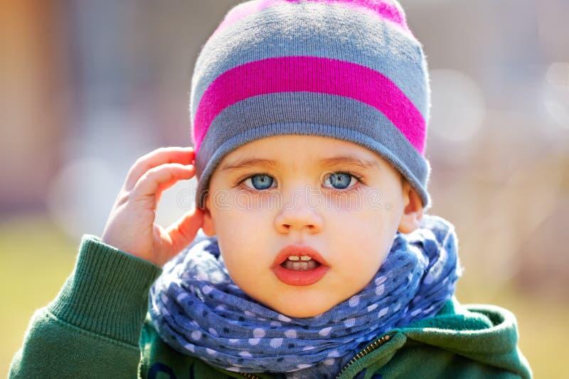 De jongensportret van de baby openlucht in de lente stock foto's