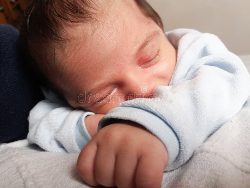 De jongensslaap van de één week oude pasgeboren baby stock foto