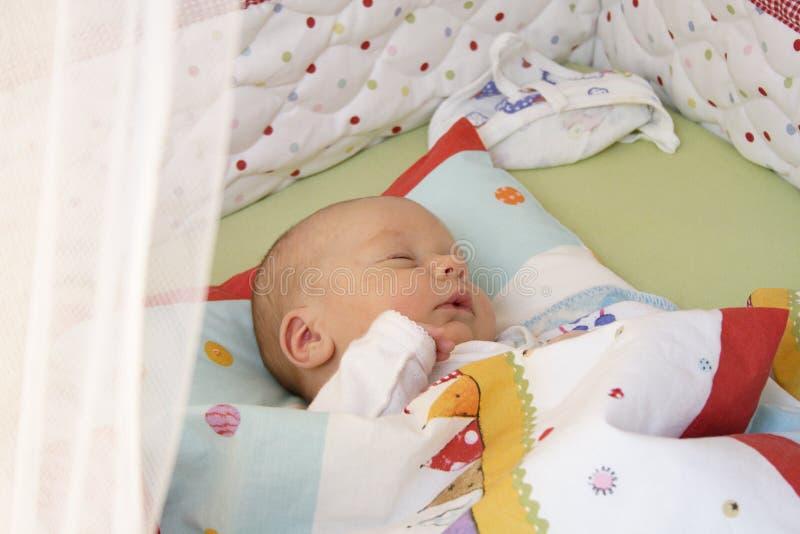 De jongensslaap van de baby stock fotografie