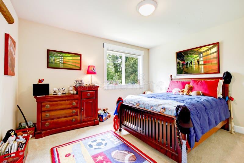 De jongensSlaapkamer van de baby met houten meubilair stock afbeelding