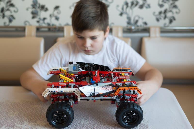 De jongensspelen zoekt uit de aannemer van auto bijeen stock fotografie
