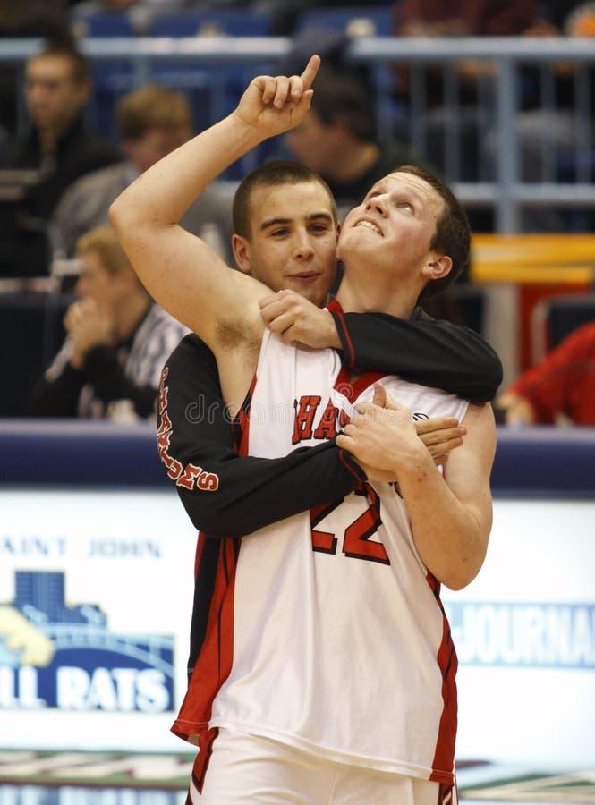 De jongensviering van het basketbal stock fotografie