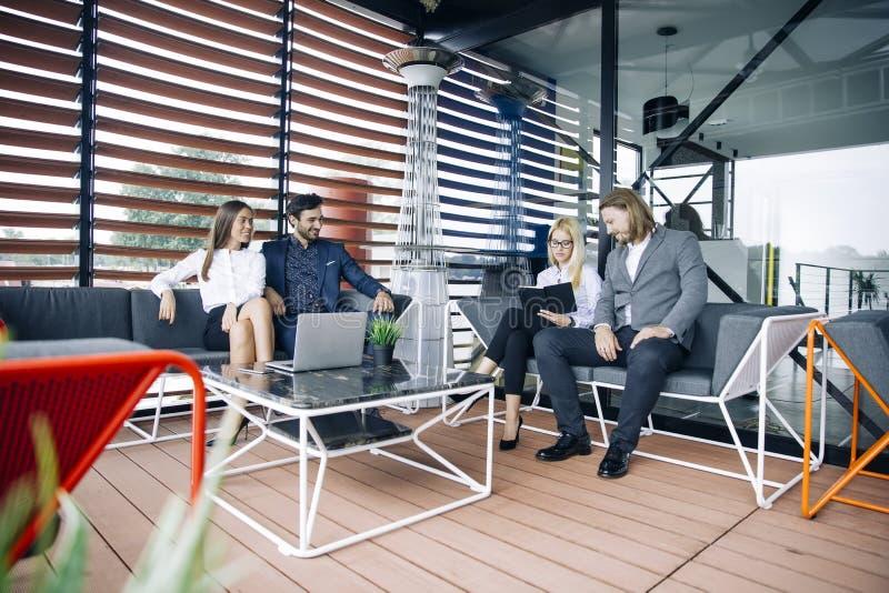 De jongeren groepeert zich in modern bureau hebt teamvergadering en hersenen royalty-vrije stock fotografie