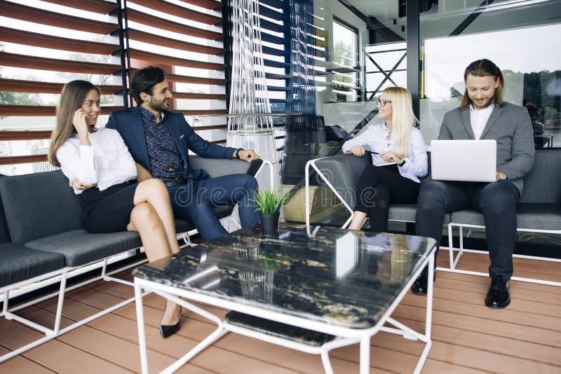 De jongeren groepeert zich in modern bureau hebt teamvergadering en hersenen royalty-vrije stock foto