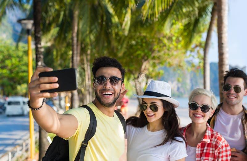 De jongeren groepeert zich op Strand die Selfie-Foto op de Zomervakantie van de Cel Slimme Telefoon nemen, Gelukkige het Glimlach stock afbeeldingen