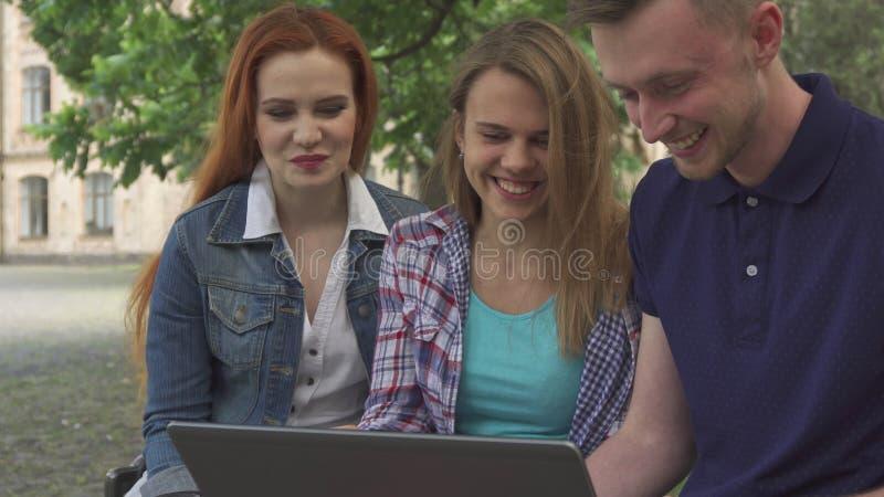 De jongeren let op iets op laptop op campus royalty-vrije stock foto