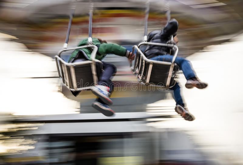 De jongeren op Vrolijk gaat rond in Lunapark stock afbeelding