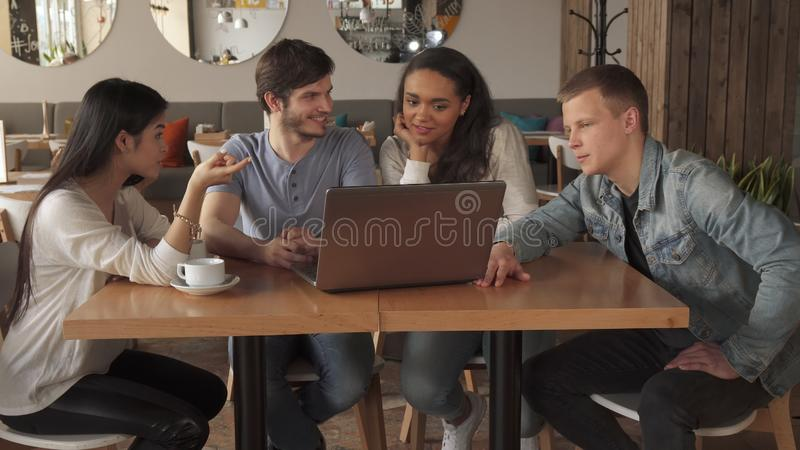 De jongeren richt hun wijsvingers op laptop het scherm royalty-vrije stock afbeeldingen