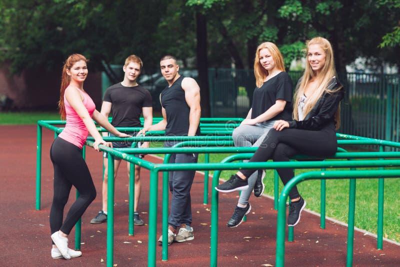 De jongeren rust na een training op het sportenhof royalty-vrije stock afbeeldingen