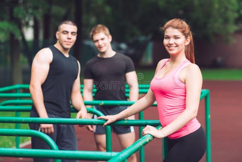 De jongeren rust na een training op het sportenhof royalty-vrije stock fotografie