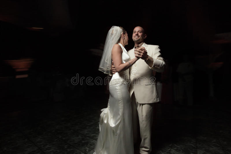 De jonggehuwden dansen eerst stock afbeelding