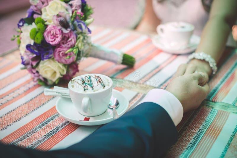 De jonggehuwden drinken koffie royalty-vrije stock afbeeldingen