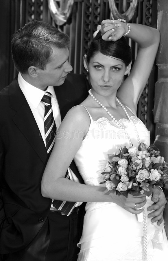 De jonggehuwden van de bruid en van de bruidegom stock foto's