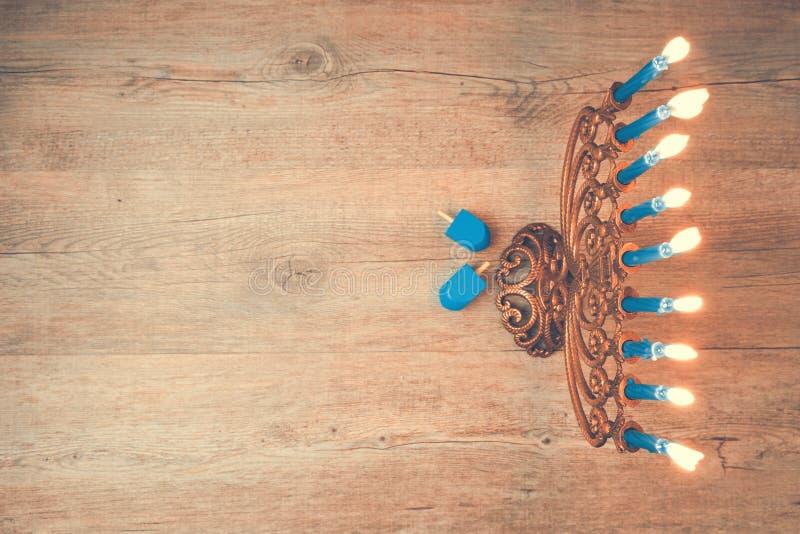 De Joodse creatieve achtergrond van de vakantiechanoeka met menorah Mening van hierboven met nadruk op menorah Retro filtereffect royalty-vrije stock afbeeldingen