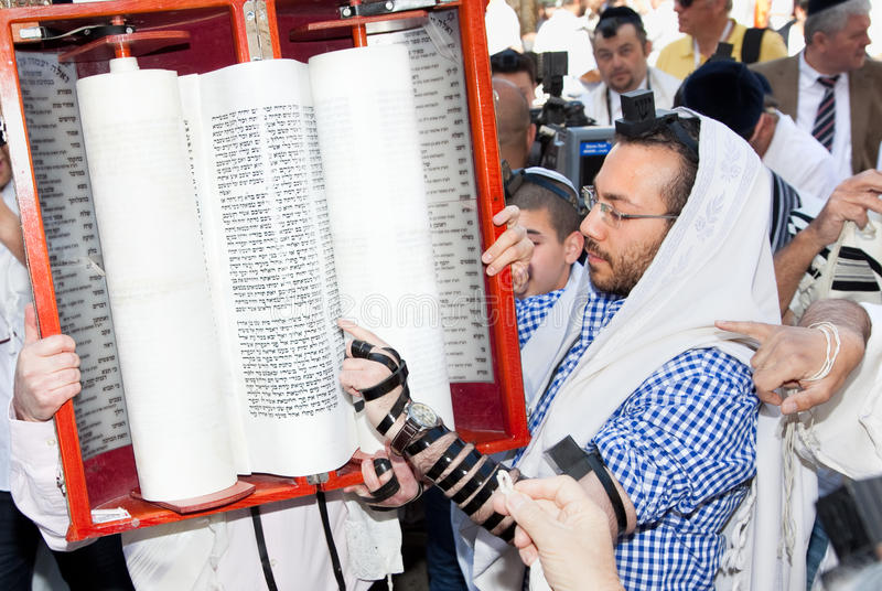 De Joodse lezing bidt van Torah stock afbeelding
