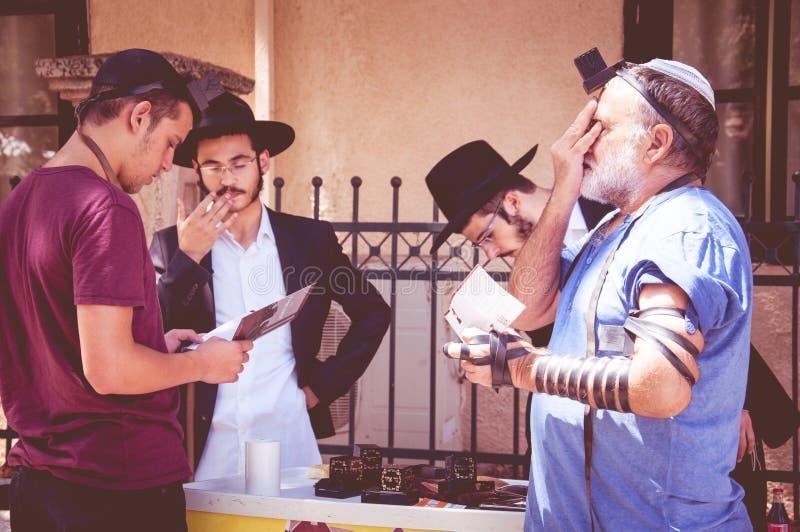 De Joodse mensen bidden op de straat