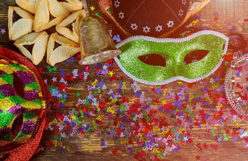 De Joodse viering van Carnaval Purim op houten achtergrond Hoogste mening van hierboven stock afbeelding