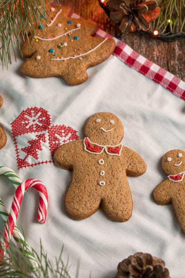 De Joyeux Noël de Noël toujours la vie avec les biscuits traditionnels de pain d'épice sur la table Célébration de famille Nouvel photo stock
