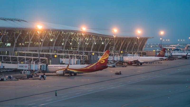 15 de julho de 2018 Aeroporto de Pudong, Shanghai, China Os aviões modernos do passageiro estacionaram à porta da construção term foto de stock