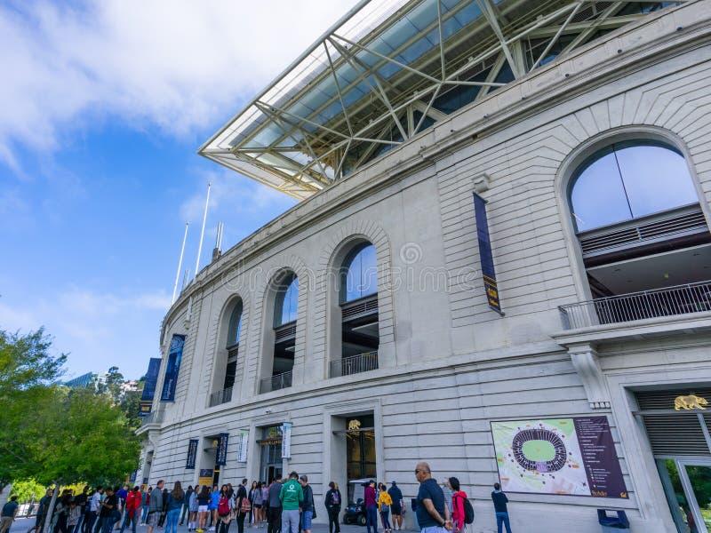 13 de julho de 2019 Berkeley/CA/EUA - os povos recolheram fora do centro do visitante de Koret, o California Memorial Stadium his fotos de stock