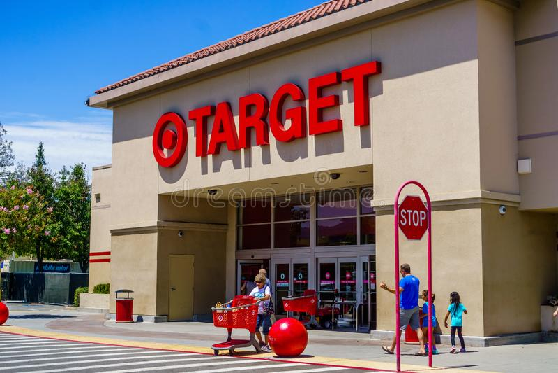 30 de julho de 2018 Cupertino/CA/EUA - extasie a uma das lojas do alvo situadas na área de San Francisco Bay sul fotografia de stock royalty free
