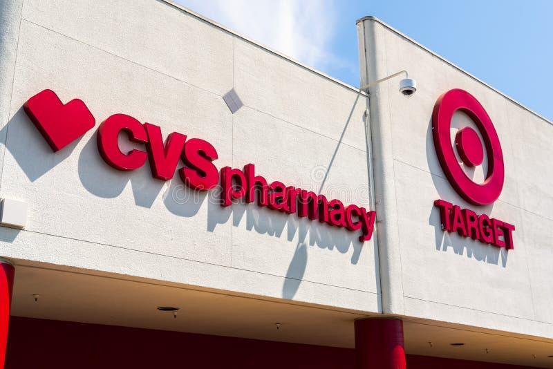 30 de julho de 2018 Cupertino/CA/EUA - feche acima do logotipo da farmácia de CVS indicado ao lado do símbolo do Bullseye do alvo fotografia de stock
