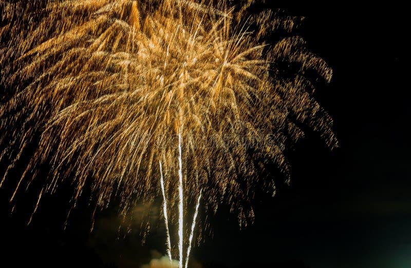 4 de julho fogos-de-artif?cio Os fogos de artifício indicam em fogos de artifício de brilho escuros da faísca foto de stock