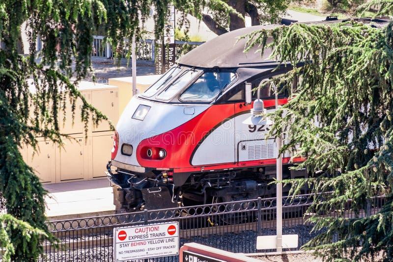 30 de julho de 2019 Palo Alto/CA/EUA - feche acima da parte dianteira de uma locomotiva de Caltrain, um serviço local do transpor fotografia de stock