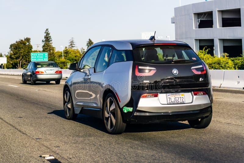 4 de julho de 2019 Redwood City/CA/EUA - BMW I3 que conduz na autoestrada na área de San Francisco Bay imagem de stock