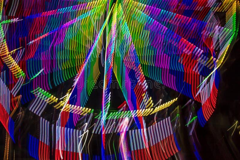 18 de julho de 2017 VENTURA CALIFÓRNIA - vista abstrata da roda de ferris de néon em Ventura County Fair, Ventura, colorido imagens de stock