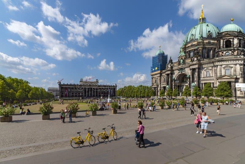 De 6de juli 2018 Mening van Berlijn van het museumeiland, met de tuin, Dom, en de recreatieve mensen stock afbeeldingen