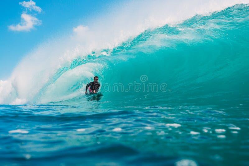 7 de julio de 2018 Bali, Indonesia Paseo de Bodysurfer en onda grande del barril en Padang Padang El practicar surf profesional e imagen de archivo libre de regalías
