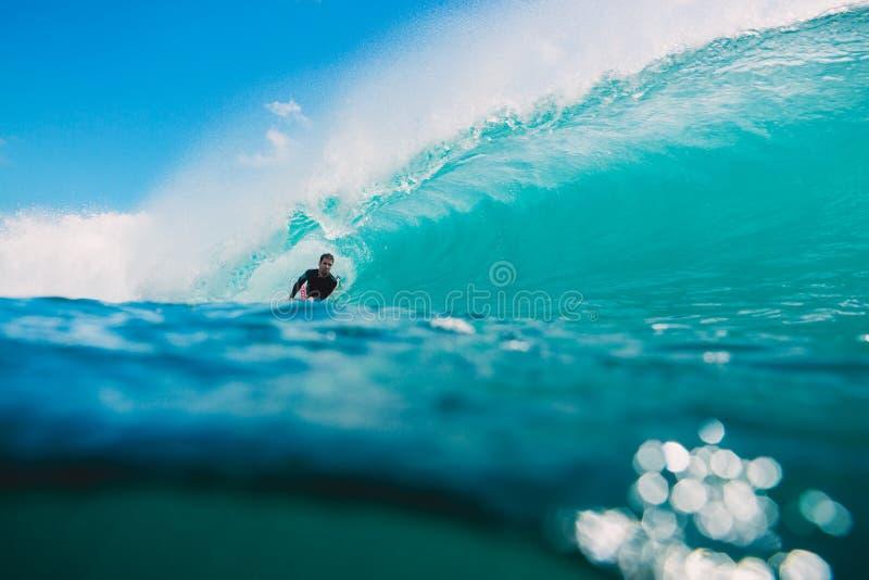 7 de julio de 2018 Bali, Indonesia Paseo de Bodysurfer en onda grande del barril en Padang Padang El practicar surf profesional e fotografía de archivo