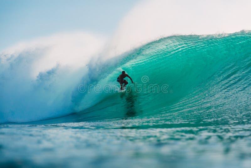 29 DE JULIO DE 2018 Bali, Indonesia Paseo de la persona que practica surf en onda del barril El practicar surf profesional en el  fotografía de archivo libre de regalías