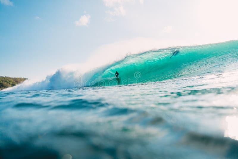 29 DE JULIO DE 2018 Bali, Indonesia Paseo de la persona que practica surf en onda del barril El practicar surf profesional en el  fotos de archivo libres de regalías