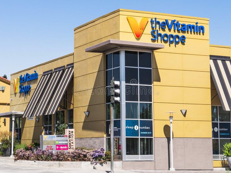 31 de julio de 2019 Cupertino/CA/los E.E.U.U. - el Shoppe de la vitamina, una vitamina y complementa la tienda general, situada e foto de archivo libre de regalías