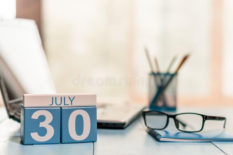 30 de julio Día 30 del mes, calendario de madera del color en fondo del lugar de trabajo del negocio Adultos jovenes Espacio vac? fotos de archivo
