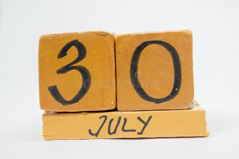 30 de julio Día 30 de mes, calendario de madera hecho a mano aislado en el fondo blanco mes del verano, día del concepto del año foto de archivo libre de regalías