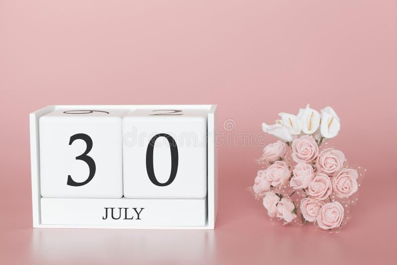 30 de julio D?a 30 de mes Cubo del calendario en fondo rosado moderno, el concepto de negocio y un acontecimiento importante fotografía de archivo libre de regalías