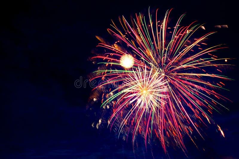 4 de julio fuegos artificiales Los fuegos artificiales exhiben en fondo oscuro del cielo imágenes de archivo libres de regalías