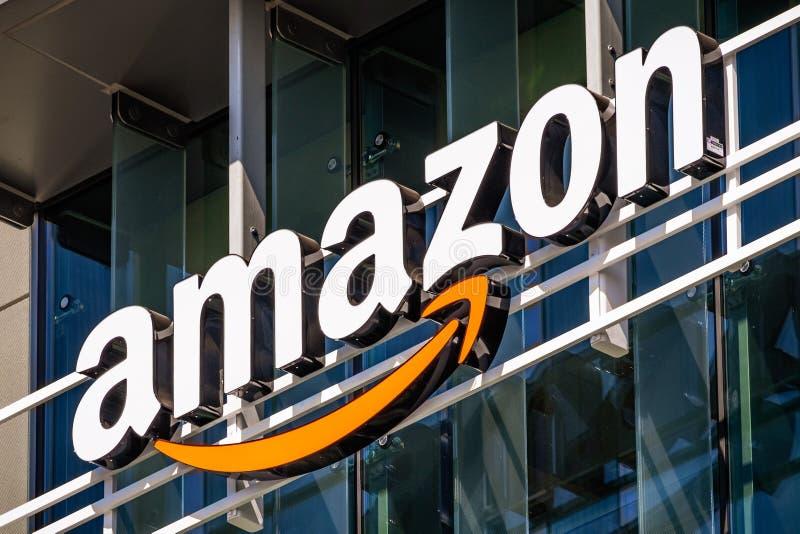 26 de julio de 2019 Palo Alto/CA/logotipo de los E.E.U.U. - el Amazonas en la fachada de uno de sus edificios de oficinas situado fotos de archivo
