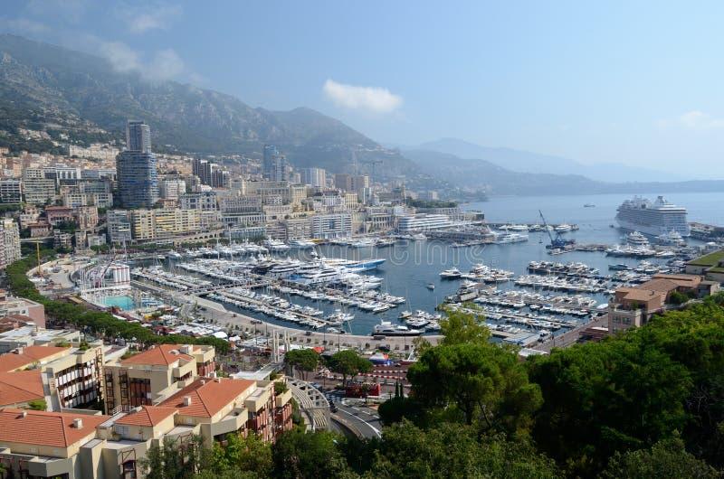 13 de julio de 2015, principado de Mónaco Puerto de Mónaco según lo visto desde arriba con el barco de cruceros que visita de A j fotos de archivo libres de regalías