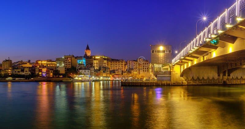 20 de julio de 2018, puesta del sol en Estambul, Turquía Opinión de la noche del puente de Galata de la torre de Galata fotos de archivo